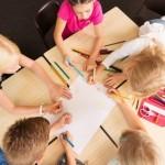 jeunes enfants qui étudient